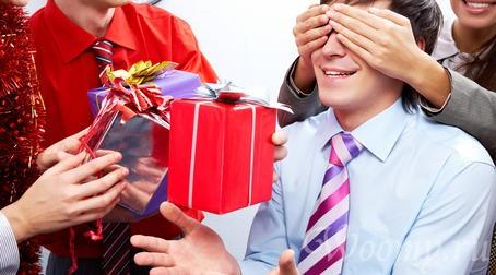 Что подарить коллеге по работе